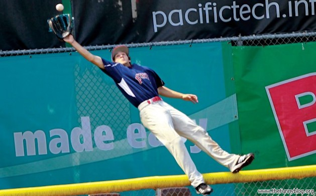 funny-college-baseball-Catch-photo